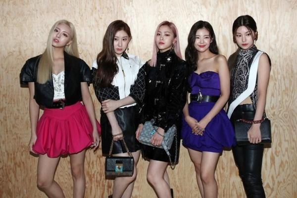Phong cách thời trang của nhóm bị chê trách.