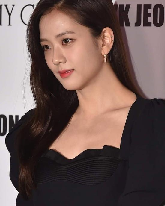 Bên cạnh những lời khen, cũng có nhiều ý kiến tranh cãi về ngoại hình Ji Soo. Một số netizen cho rằng cô đã tăng cân khá nhiều, đường nét thiếu thanh thoát. Bộ đầm màu đen cũng khiến Ji Soo trông đứng tuổi hơn so với bình thường. Thậm chí có netizen còn ví giọng ca 25 tuổi của Black Pink như... U40 ở một số góc chụp.