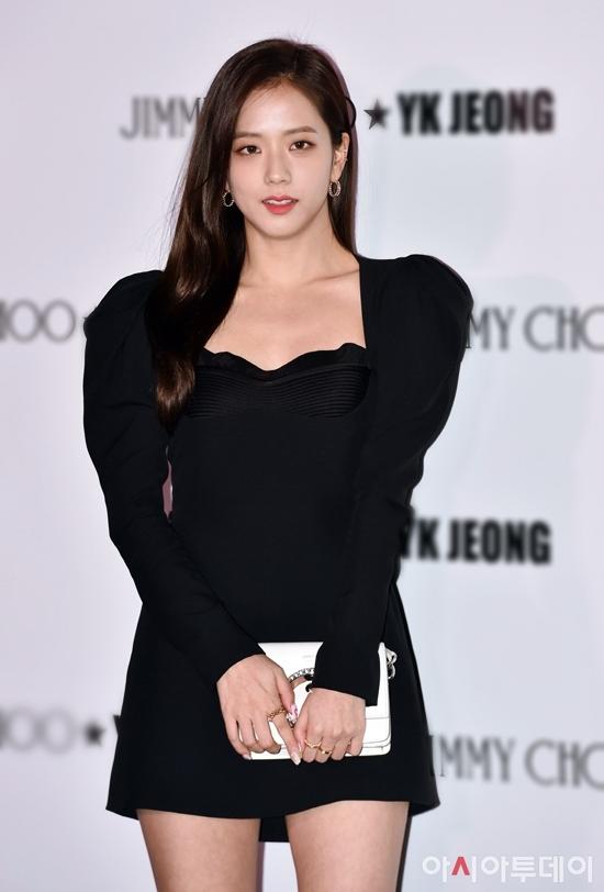 Nhiều ngôi sao Kbiz tham dự sự kiện ra mắt cửa hàng thời trang diễn ra tại trung tâm thương mại ở Gangnam, Seoul, Hàn Quốc. Ji Soo (Black Pink) gây ấn tượng bởi vẻ ngoài quý phái, nhan sắc mỹ miều.