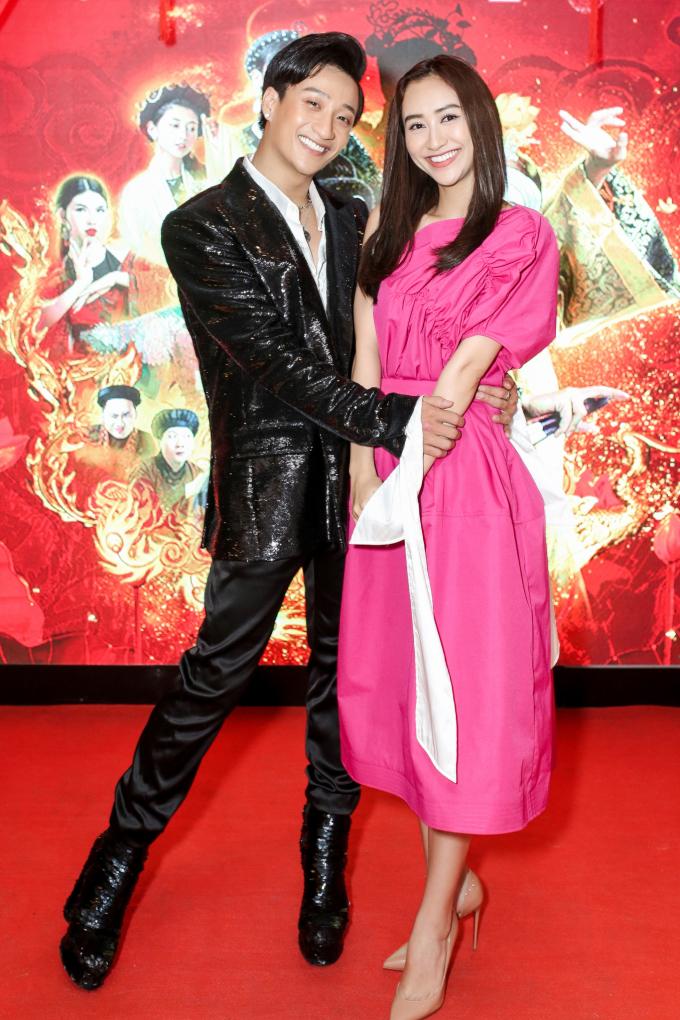 <p> Á hậu Hà Thu pose hình thân thiết với Adam Lâm.</p>