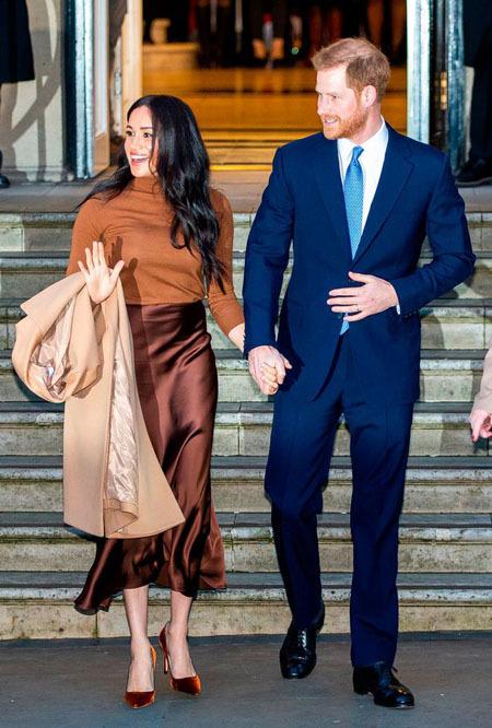 Vợ chồng Công tước xứ Sussex trở về London sau kì nghỉ năm mới hôm 7/1. Ảnh: Mirror.