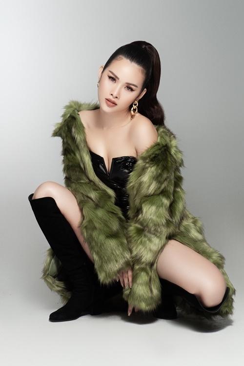 Thanh Trang mix trang phục bodysuit cùng áo khoác lông. Thanh Trang cho biết cô phải đặt riêng bộ bodysuit vì kích cỡ vòng ba 102 cm của mình.