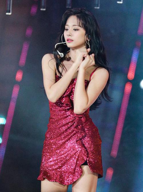 Xu hướng Metallic – thời trang tỏa sáng đang đổ bộ mạnh mẽ lên sân khấu âm nhạc của các girlgroup. Mẫu váy ôm ánh đỏ rượu nổi bật ôm sát body giúp Tzuyu (Twice) khoe trọn đường cong chuẩn.
