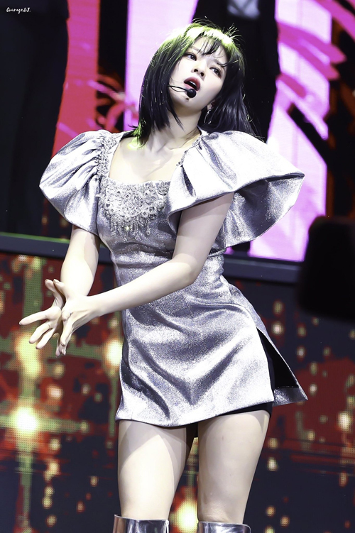 Jeong Yeon cũng lựa chọn váy metalic óng ánh gây chú ý.