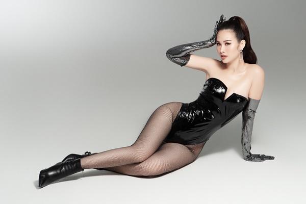 Thanh Trangsinh năm 1993, từng đăng quang Á hậu cuộc thi Hoa hậu các quốc gia 2017. Mới đây, côthực hiện bộ hình theo phong cách gợi cảm sau thời gian tăng cân mất kiểm soát vì stress. Người đẹp 27 tuổiphối bodysuit chất liệu da bóng cùng gang tay da và boots cao cổ.