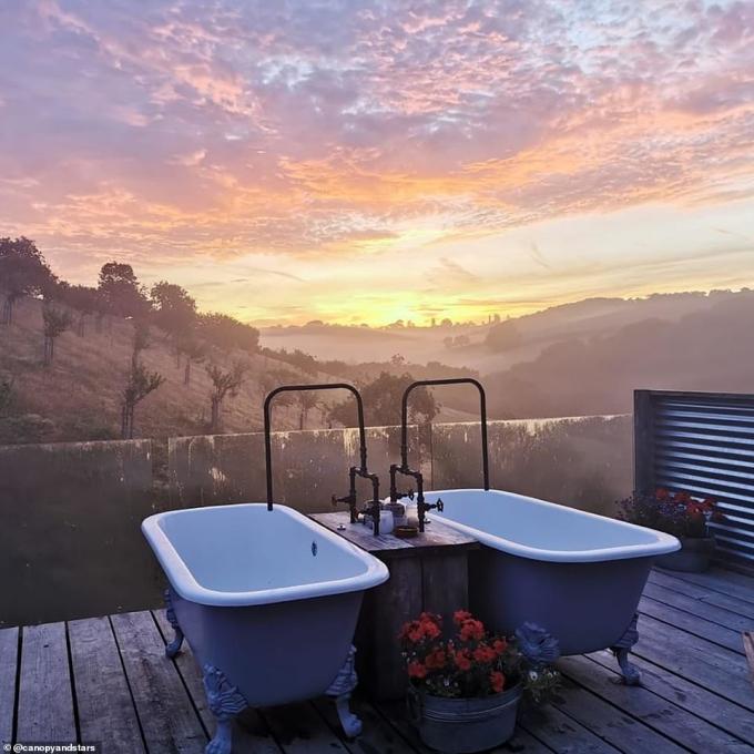 """<p> Danh sách Những khách sạn có view phòng tắm được check in nhiều nhất trên Instagram do<em> Dailymail </em>tổng hợp.</p> <p> Trong ảnh, khách sạn The Old Piggery nằm tại nông trại Windout, Devon, nước Anh là một trong những địa điểm """"đáng sống ảo"""" nhất, với mức giá £145 (xấp xỉ 4,4 triệu đồng) cho một đêm nghỉ ngơi. Điểm thu hút du khách chính là bồn tắm đôi ngoài trời trên tầng thượng.</p>"""