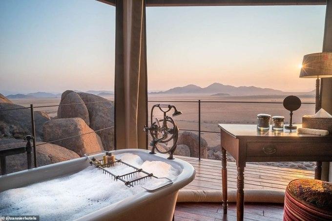 <p> Khách sạn lều Sonop ở Namibia có mức giá £806 (xấp xỉ 24,4 triệu đồng)/đêm. Tại đây, khách du lịch có thể vừa ngâm mình trong bồn tắm hình cái kén, vừa được ngắm nhìn cảnh thiên nhiên hùng vĩ, hoang sơ của vùng sa mạc Namib.</p>
