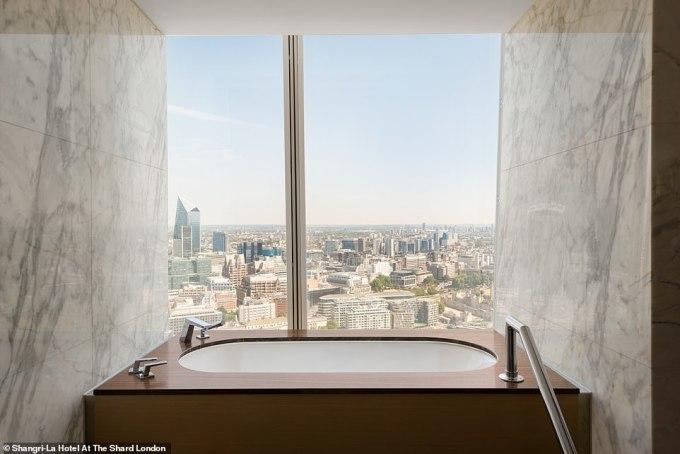 """<p> Để có được bức ảnh """"sống ảo"""" trong phòng tắm hướng ra khung cảnh thủ đô London, Anh, du khách phải bỏ ra£1,050 (32 triệu đồng) cho một đêm nghỉ dưỡng tại khách sạn Shangri-La.</p>"""