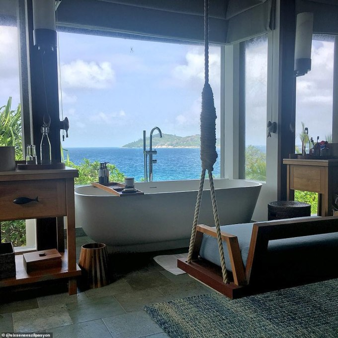 <p> Bỏ ra số tiền£1,948 (59 triệu đồng), du khách sẽ có cơ hội được ghé thăm một trong những phòng tắm xa hoa và đắt đỏ nhất nhì thế giới tại khách sạn 5 saoSix Senses Zil Pasyon, ở Seychelles - một quốc gia tại Đông Phi.</p>