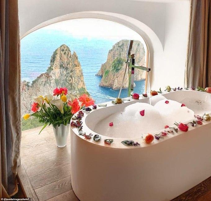 <p> Khách sạnPunta Tragara tại thành phố Capri, Italy là một trong những nơi hiếm hoi sở hữu view phòng tắm cực thơ mộng nhìn ra vịnh Faraglioni. Tại đây, du khách sẽ được đắm mình trong không gian lãng mạn như chuyện cổ tích nếu chi trả£3,004 (91 triệu đồng) cho một đêm nghỉ dưỡng.</p>