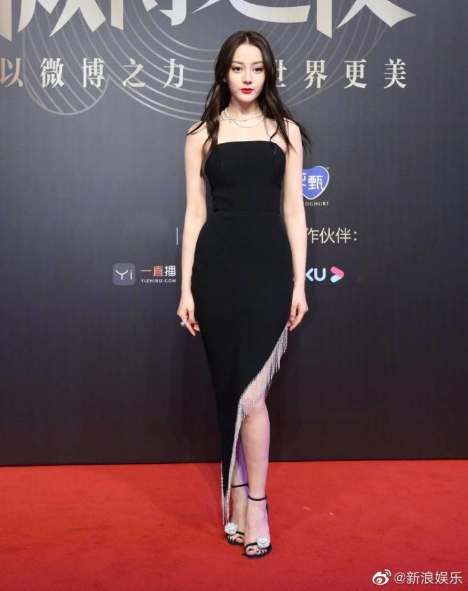 <p> Địch Lệ Nhiệt Ba lại tụt giảm phong độ bất ngờ với chiếc váy đen có thiết kế đơn giản, không có điểm nhấn.</p>