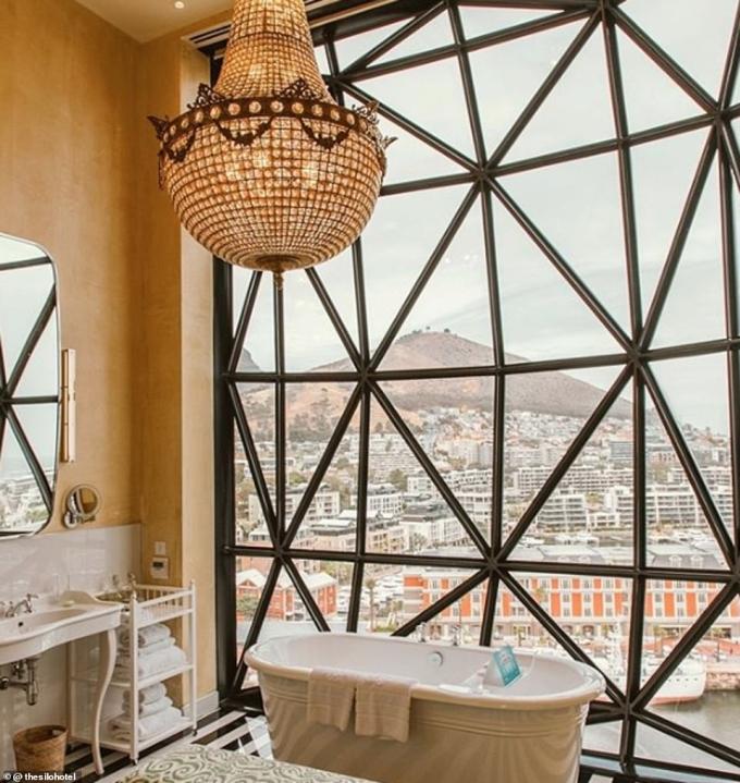 <p> £3,367 (102 triệu đồng)/đêm là số tiền mà khách du lịch phải bỏ ra để có thể ngâm mình trong chiếc bồn tắm cổ điển và tận hưởng khung cảnh hùng vĩ được tạo nên bởi Núi Bàn, đồi Signal và khu bến cảng V@A tại khách sạnSilo, Cape Town, Nam Phi.</p>