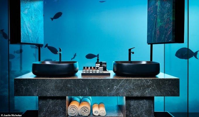 <p> Chốt lại danh sách những khách sạn có view phòng tắm sanh chảnh và đáng sống ảo nhất chính là Muraka Suite - khách sạn dưới nước đầu tiên tại thế giới, nằm ở đảoRangalim thuộc quần đảoMaldives xinh đẹp. Cách bố trí phòng tắm tại đây vô cùng độc đáo, khi du khách có thể vừa tắm, vừa thưởng thức khung cảnh thiên nhiên, ngắm nhìn các sinh vật biển bơi lượn dưới đại dương. Mức giá cho một đêm nghỉ tại khách sạn ở khoảng £50,000 (1,5 tỷ đồng).</p>
