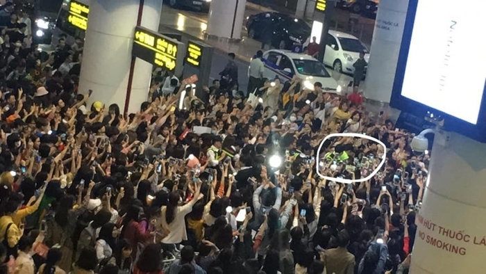 Hai thành viên EXO kẹt cứng vì bị fan bao vây.