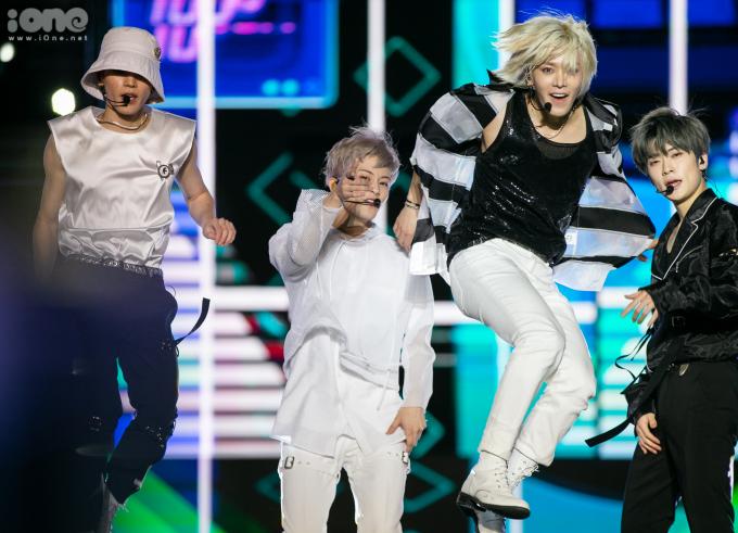 <p> Tae Yong đội mũ siêu ngầu,Yuta (tóc vàng) có cú nhảy điệu nghệ.</p>