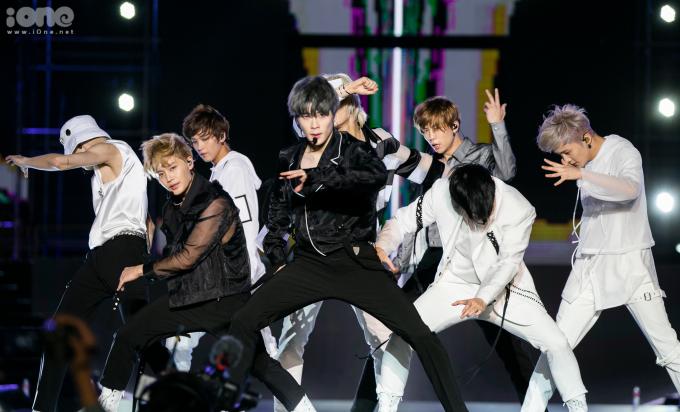 <p> Jae Hyun (áo đen, giữa) là một trong những mỹ nam nổi tiếng nhất hiện nay.</p>