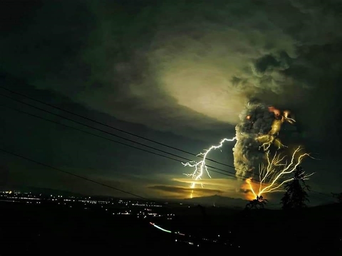 Núi lửa phun trào kèm sấm sét. Ảnh: Dclphotography.