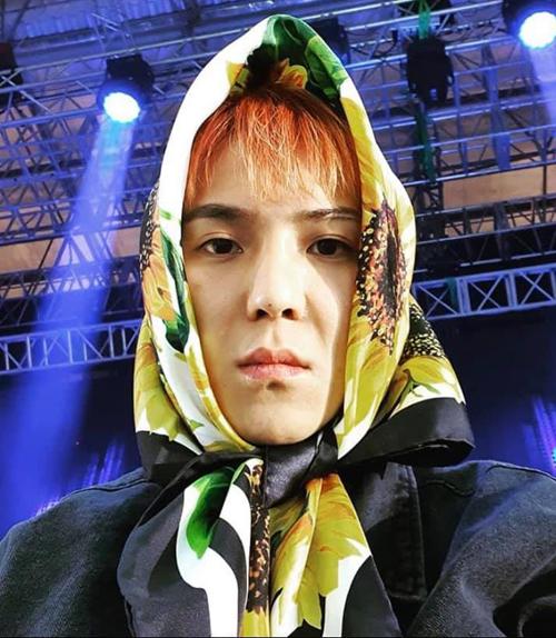 Song Mino – chàng rapper của Winner thường xuyên khiến người hâm mộ bất ngờ bởi gu thời trang độc lạ. Anh chàng gây ấn tượng khi diện khăn trùm đầu họa tiết hoa hướng dương rực rỡ của Dolce & Gabbana.