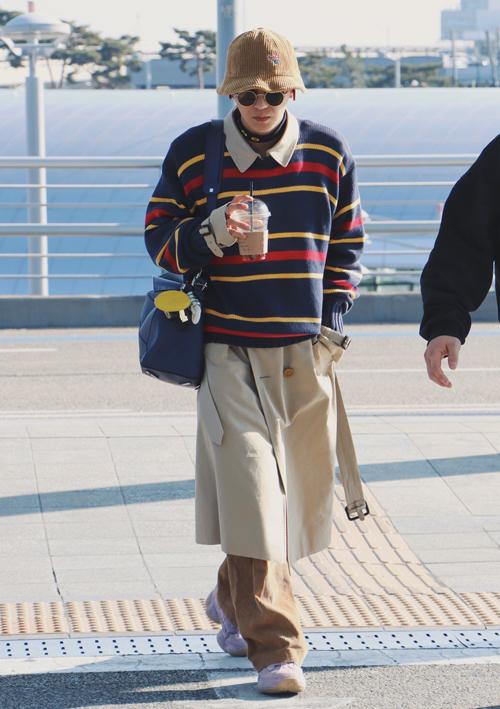 phối đồ ngược đời khi mix áo khoác trench coat ở trong, áo len sọc ngang ở ngoài nhưng chính vì thế đã giúp anh chàng cộng điểm khi xuất hiện.