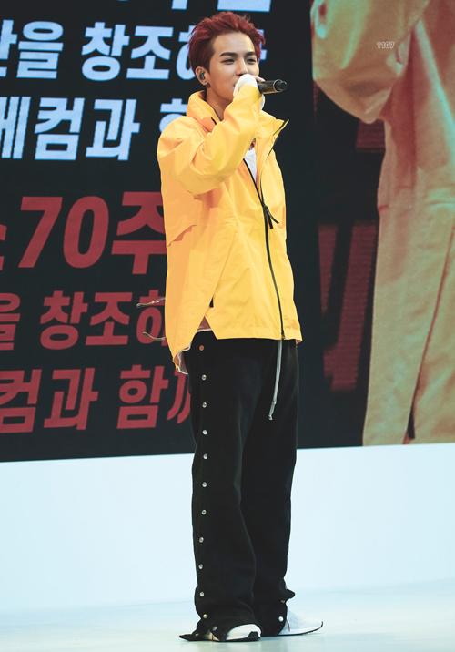 Tham dự sự kiện của Adidas, Mino cũng lựa chọn màu vàng rực rỡ phối với quần suông đen, set đồ đơn giản nhưng vẫn giúp anh chàng khoe gu thời trang độc đáo.