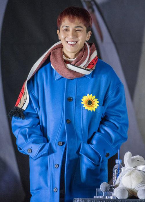 rapper lựa chọn áo khoác xanh coban khi tham dự fanmeeting, nhưng vẫn không quên dùng hoa hướng dương làm điểm nhấn.