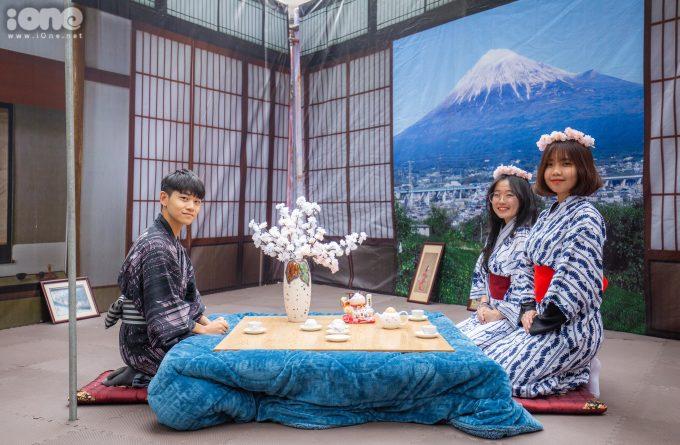 <p> Phòng trà mang phong cách dã ngoại ngắm hoa được tái hiện để các bạn trẻ chụp hình.</p>