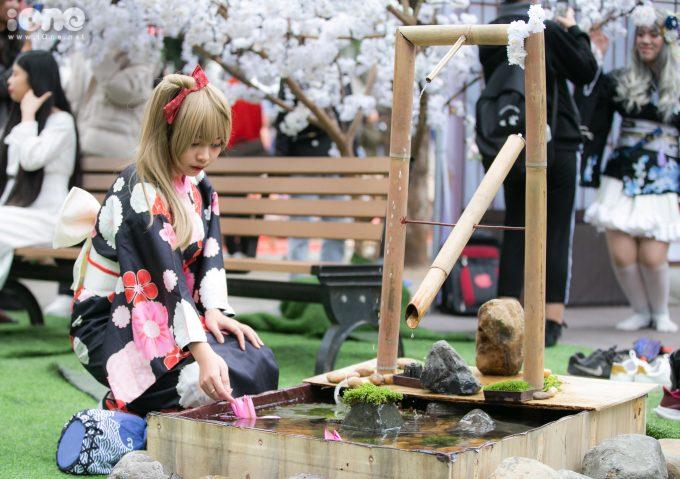 <p> Một nữ sinh tạo dáng bên vòi nước ống tre Shishi-odoshi.</p>