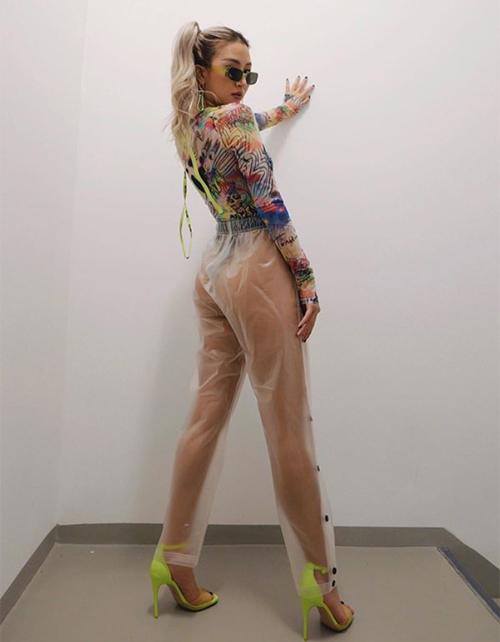 Khi kết hợp cùng bodysuit, chiếc quần khiến Quỳnh Anh Shyn lộ vòng ba. Cách ăn mặc táo bạo này khiến người đẹp Hà thành tiếp tục gây tranh cãi.