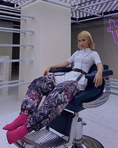 Theo đuổi phong cách cá tính, cool ngầu, Quỳnh Anh Shyn có cả bộ sưu tập quần không giống ai.