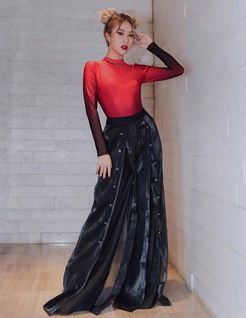 Dù bị nhiều người chê mặc dị, Quỳnh Anh Shyn vẫn kiên định với phong cách này và ngày càng bổ sung nhiều món đồ quái hơn vào bộ sưu tập.