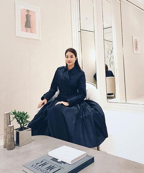 Là khách VIP của Dior, Phạm Hương luôn được đưa vào phòng thử đồ riêng khi đến đây mua sắm. Không gian thử đồ của khách VIP rất rộng với ghế ngồi thoải mái, bốn mặt tường là gương chạm trần. Khách hàng được các nhân viên đưa đồ vào phòng thử và thoải mái ngắm nghía, tránh bị ảnh hưởng bởi những người xung quanh.