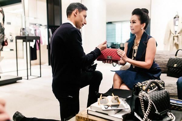 Diễm My thường xuyên mua sắm ở Pháp và là khách VIP của các thương hiệu Hermes, Dior, Chanel. Trong số đó, nữ diễn viên ấn tượng nhất với cách tiếp đón của nhân viên Chanel. Họ luôn quỳ gối khi nói chuyện với khách hàng, đồng thời giới thiệu cặn kẽ về từng món đồ. Khi đến cửa hàng, Diễm My không cần trực tiếp lựa chọn mà cô sẽ nói nhu cầu của mình với nhân viên, sau đó họ sẽ tìm món đồ phù hợp rồi mời khách vào phòng riêng để trực tiếp ngắm nghía, dùng thử.