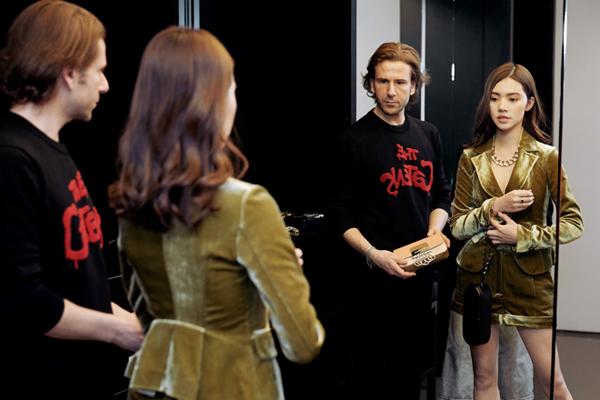 Hoa hậu con nhà giàu Jolie Nguyễn vừa có mặt tại Milan, chuẩn bị tham dự Milan Fashion Week qua lời mời của thương hiệu Dsquared2. Khi đến mua sắm tại store của hãng, cô được mời vào phòng VIP thử đồ, có nhân viên chăm sóc kỹ lưỡng.