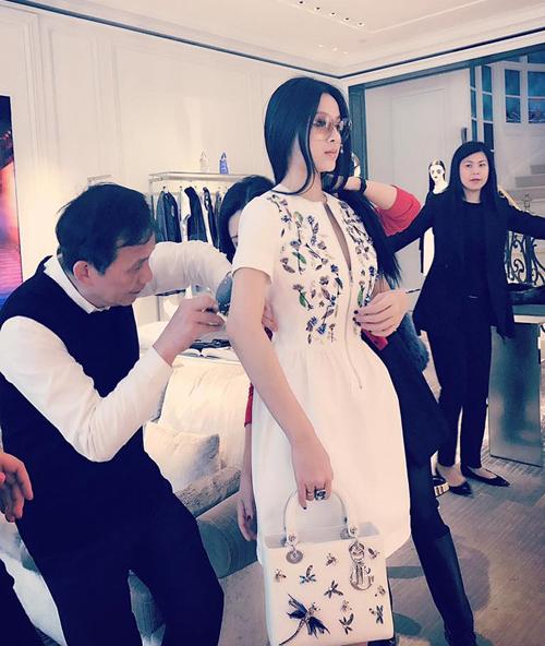Huyền Baby là khách hàng VIP nhiều năm nay của Dior. Trong phòng thử đồ riêng, cô có 3-4 nhân viên túc trực, chỉnh sửa từng chi tiết trên trang phục để có diện mạo hoàn hảo nhất.
