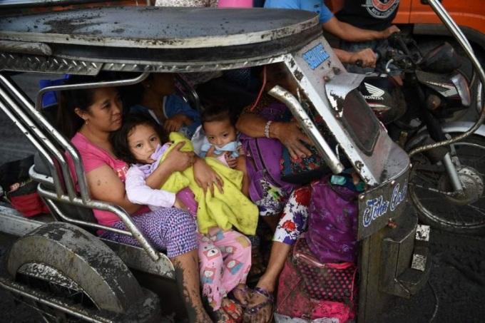 <p> Cơ quan ứng phó thảm họa cho biết, 8.000 người được di chuyển đến 38 trung tâm sơ tán ở tỉnh Batangas và Cavite gần đó để tránh ảnh hưởng của bụi. Ảnh:<em> Reuters.</em></p>