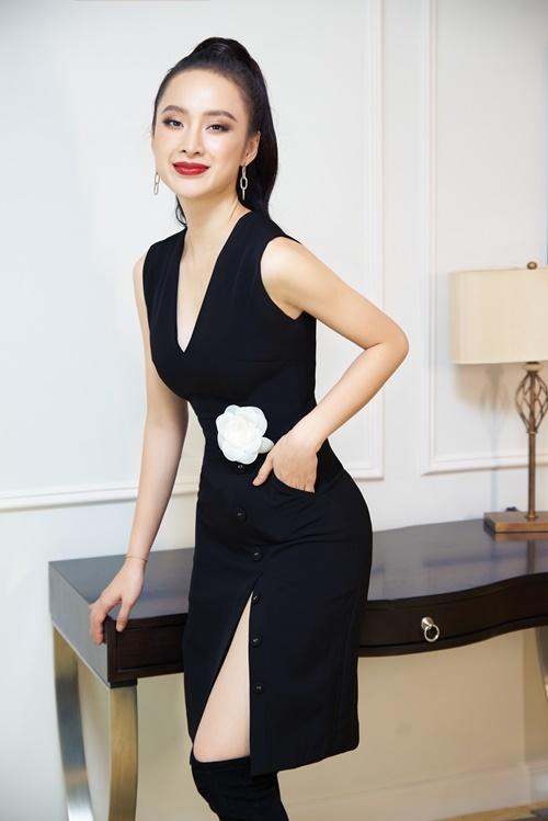 Angela Phương Trinh chuộng các trang phục có tính ứng dụng cao. Cô thường mặc những kiểu đầm với phom dáng, màu sắc đơn giản cho những buổi tiệc tối.