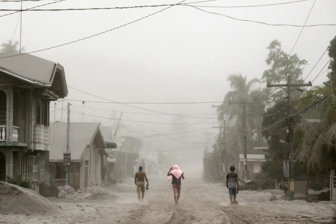<p> Khói bụi mù mịt do núi lửa Taal tại Agoncillo, thành phố Batangas. Ảnh: <em>Reuters.</em></p>