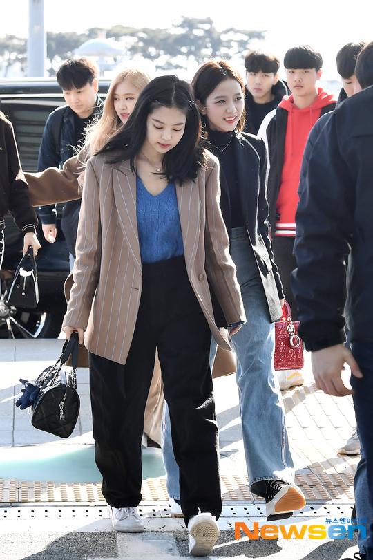 Jennie có phong cách thời trang cá tính. Nữ idol ưu ái những item rộng rãi, tạo sự thoải mái tối đa cho chuyến bay.