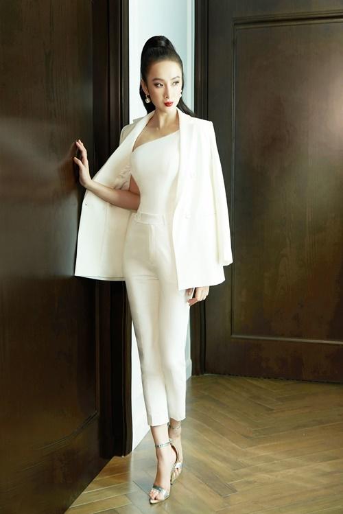 Chọn một thiết kế phù hợp với vóc dáng là bí kíp tôn lợi thế hình thể của Angela Phương Trinh. Với lợi thế đôi chân dài, Angela Phương Trinh mix quần tây cạp cao cùng áo lệch vai. Cô khoác bên ngoài áo vest của NTK Cường Bely để tăng thêm phần lịch thiệpcho tổng thể.