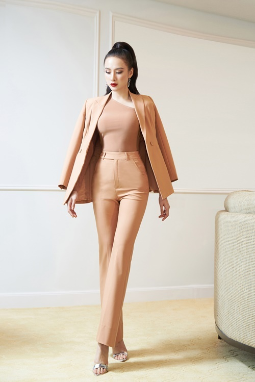 Theo Angela Phương Trinh, chất liệu là chi tiết cô đặc biệtchú ý khichọn đồ. Điều đại kỵ khi đi tiệc là váy áo bị nhăn hoặc bám bụi. Bởi vậy khi tìm mua chiếc đầm để dự tiệc ngay sau khi đi làm, phải chọn loại chất liệu tốt nhất, cô nói.