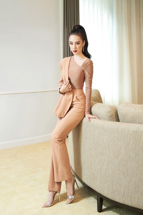 Angela Phương Trinh mix quần ống loe cùng áo bất đối xứng gam màu nude đồng điệu. Trang phục này vừa khai thác lợi thế hông nở, chân dài, vừa tạo vẻ ngoài sang chảnh cho người mặc.