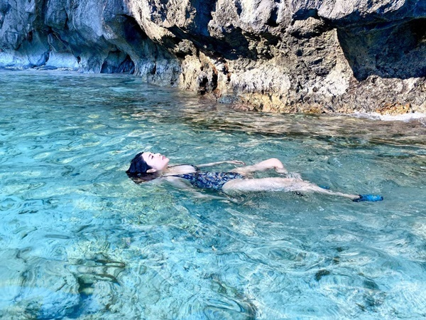 Yan My thả trôi dưới làn nước mát lạnh. Những bức hình của Yan My được các thành viên trong gia đình ghi lại.
