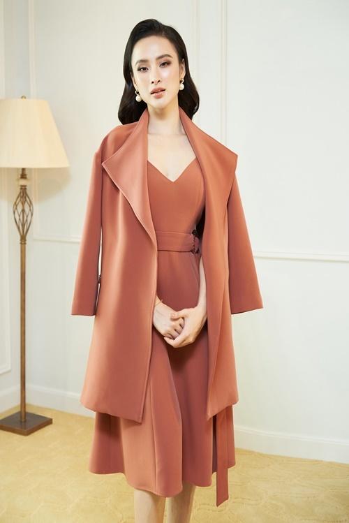 Angela Phương Trinh khoác thêm áo choàng dạ để giữ ấm cho cơ thể trong những ngày lạnh.