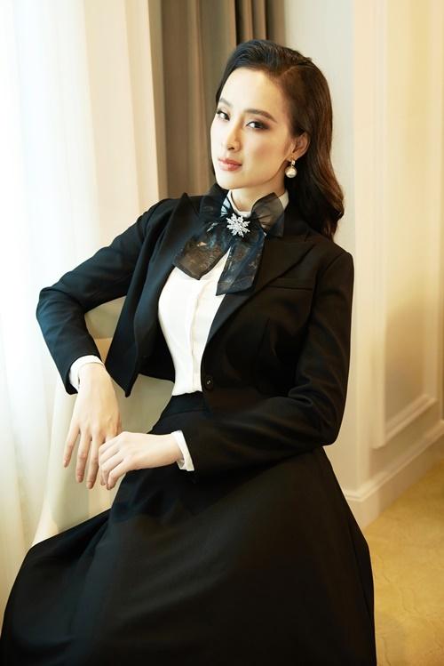 Những cô gái yêu thích phong cách cổ điển, kín đáo có thể mix chân váy dài cùngáo sơ mi trắng và khoác áo vest lửng bên ngoài.