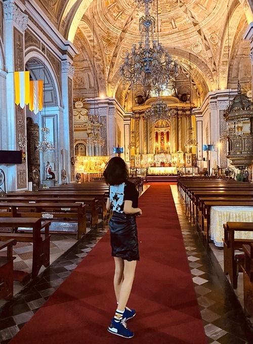 Côtranh thủ ghé thăm vài địa điểm du lịch nổi tiếng tại Manila. Yan My cho biết không khí ở Manilatràn đầy khói bụi nên côphải mang khẩu trang khi ra đường.