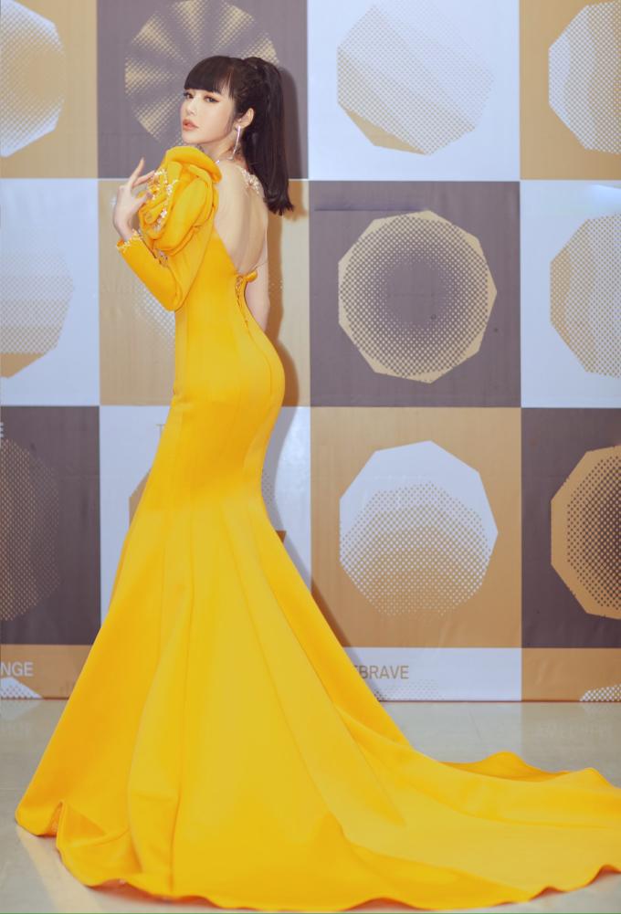 <p> Elly Trần gây chú ý khi tham dự một sự kiện tối 12/1. Cô chọn chiếc đầm màu vàng của NTK Lâm Lâm.</p>