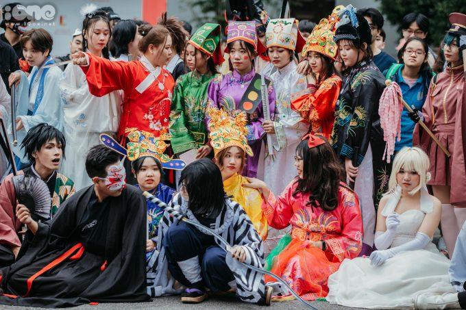 <p> Hàng chục bạn trẻ cosplay thành nhiều nhân vật nổi tiếng hội tụ tại sân ĐH Bách khoa.</p>