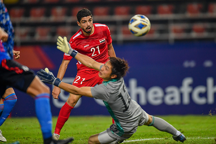 Alaa Aldin Dali (số 21) đánh bại thủ môn Osako ấn định thắng lợi 2-1 cho Syria. Ảnh: AFC.