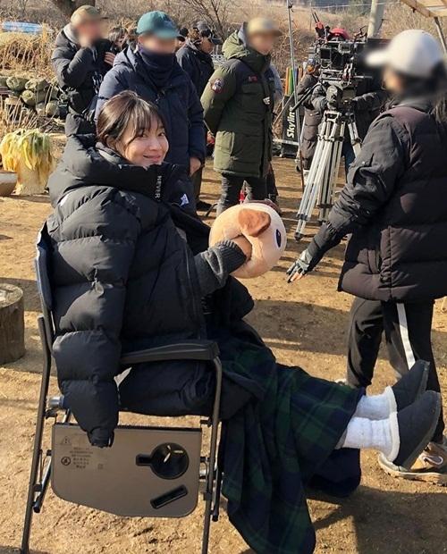 Shin Mina nhí nhảnh như trẻ con trên trường quay.