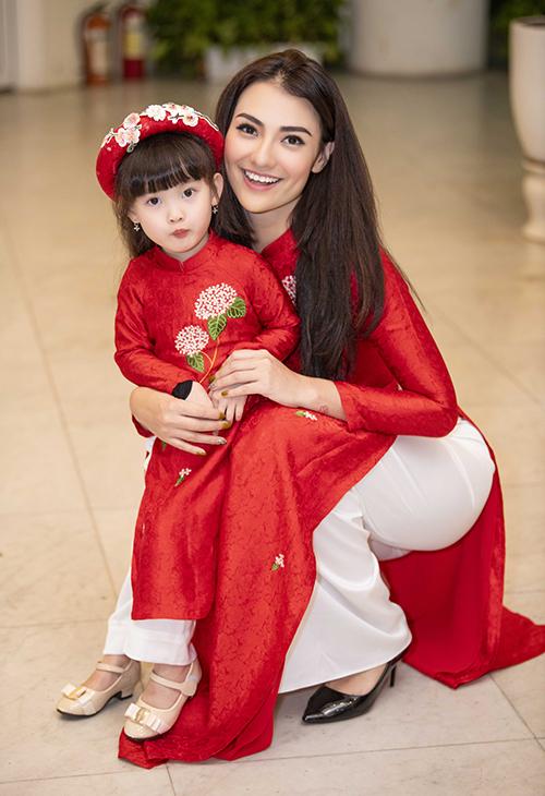 Hồng Quế đưa cô con gái Cherry đến cùng diễn thời trang.